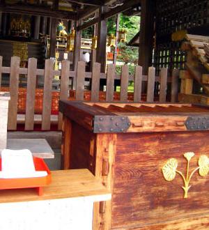 松尾大社 本殿拝所と神紋の双葉葵